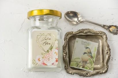 Świeczki Ślubne jako podziękowania dla gości. Kremowa etykieta ze złoceniami i z bukietem pastelowych kwiatów