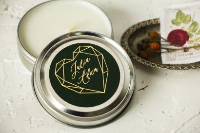 Okrągłe Świeczki Ślubne jako podziękowania dla gości. Etykieta ze złoceniami, w kolorze butelkowej zieleni