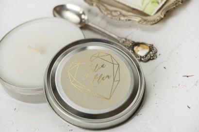 Okrągłe Świeczki Ślubne jako podziękowania dla gości. Kremowa etykieta ze złoceniami