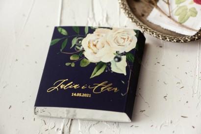 Czekoladki Ślubne jako podziękowania dla gości. Złocona owijka kolorze granatowym oraz z białymi kwiatami