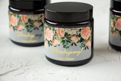 Naturalne Świeczki sojowe - podziękowania dla gości weselnych. Szara etykieta z eleganckim bukietem z drobnych, pudrowych róż