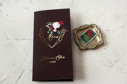Burgundowe Menu Ślubne ze złoceniami, z czerwonymi różami i piwoniami z dodatkiem liści eukaliptusa i paproci