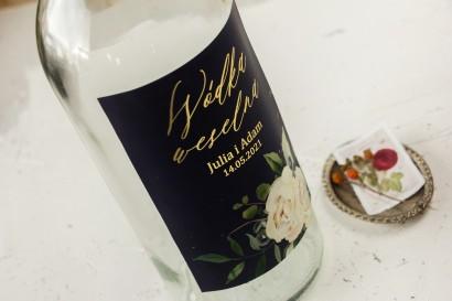 Ślubne, Etykiety na butelki na alkohol ze złoceniami, w kolorze granatowym oraz z białymi kwiatami