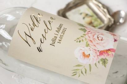 Ślubne, Etykiety na butelki na alkohol ze złoceniami i z bukietem pastelowych kwiatów.