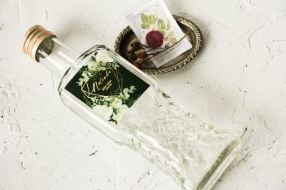 Ślubne Butelki na nalewki wraz ze złoconą etykietą w kolorze butelkowej zieleni z dodatkiem białych piwonii
