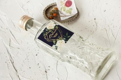 Ślubne Butelki na nalewki wraz z etykietą ze złoceniami, w kolorze granatowym oraz z białymi kwiatami