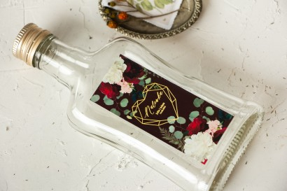 Ślubne Butelki na nalewki wraz z burgundową etykietą ze złoceniami, z czerwonymi różami i piwoniami