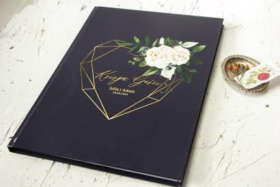 Ślubna Księga Gości ze złoceniami, w kolorze granatowym oraz z białymi kwiatami