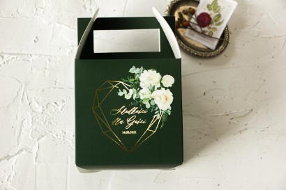 Ślubne Pudełko na Ciasto - kwadratowe - ze złoceniami w kolorze butelkowej zieleni z dodatkiem białych piwonii