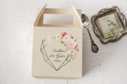 Kremowe Ślubne Pudełko na Ciasto - kwadratowe - ze złoceniami i z bukietem pastelowych kwiatów