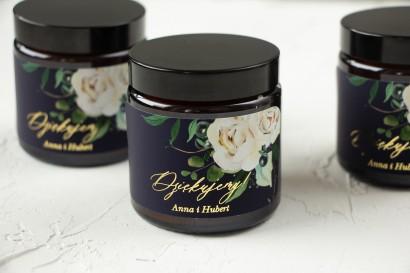 Naturalne Świeczki sojowe - podziękowania dla gości weselnych. Złocona etykieta w kolorze granatowym oraz z białymi kwiatami