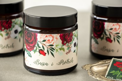 Naturalne Świeczki sojowe - podziękowania dla gości weselnych. Burgundowa etykieta z dodatkiem pastelowych dalii