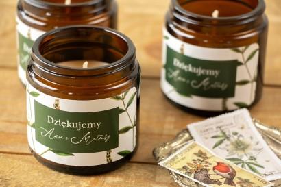 Naturalne Świeczki sojowe - podziękowania dla gości weselnych. Botaniczna Etykieta z zieloną gałązką w tle.
