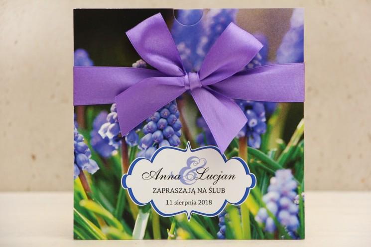 Zaproszenie ślubne, zaproszenia na ślub kwiatowe z kokardą - Felicja nr 4 - Fioletowe szafirki