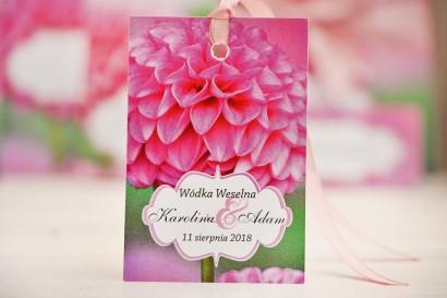 Zawieszka na butelkę, wódka weselna, ślub - Felicja nr 9 - Różowe dalie - kwiatowe dodatki ślubne