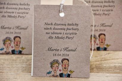 Zawieszka na butelkę, wódka weselna, ślub - Presto - Ekologiczne, rustykalne ze sznurkiem, wizerunek Pary Młodej