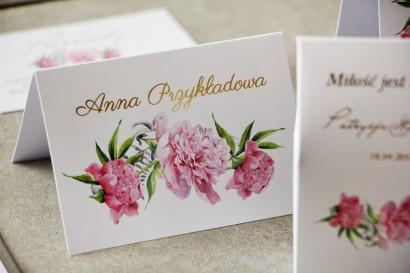 Winietki ślubne ze złoceniami. Złote winietki, wizytówki weselne z piwoniami i paprocią w kolorze jasnego różu