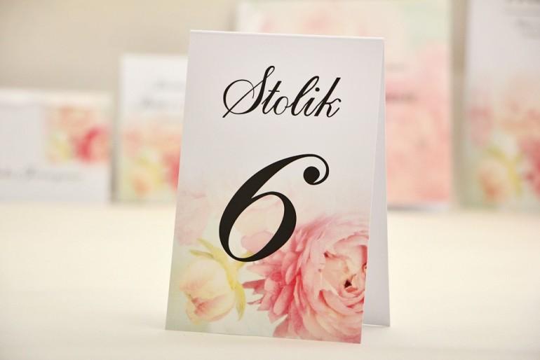 Numery stolików, stół weselny, ślub - Elegant nr 4 - Pudrowe piwonie - kwiatowe dodatki ślubne