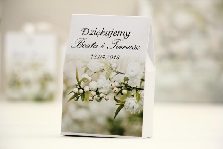 Pudełeczko stojące na cukierki, podziękowania dla Gości weselnych - Elegant nr 6 - Białe kwiaty - Kwiatowe dodatki ślubne