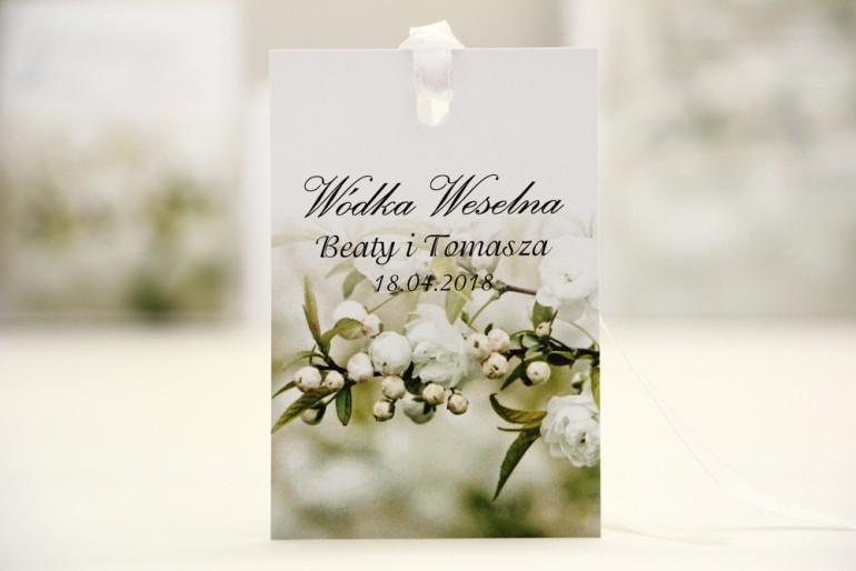 Zawieszka na butelkę, wódka weselna, ślub - Elegant nr 6 - Białe kwiaty - kwiatowe dodatki ślubne