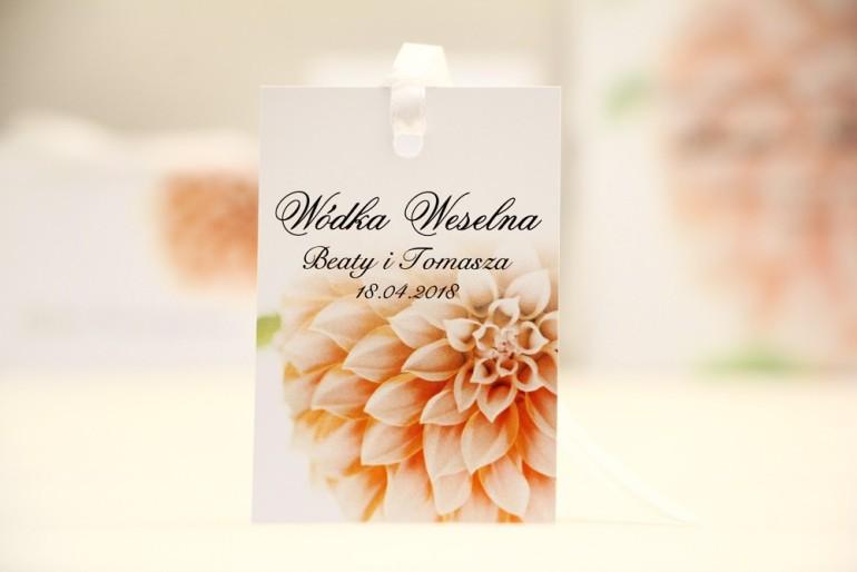 Zawieszka na butelkę, wódka weselna, ślub - Elegant nr 9 - Łososiowe dalie - kwiatowe dodatki ślubne