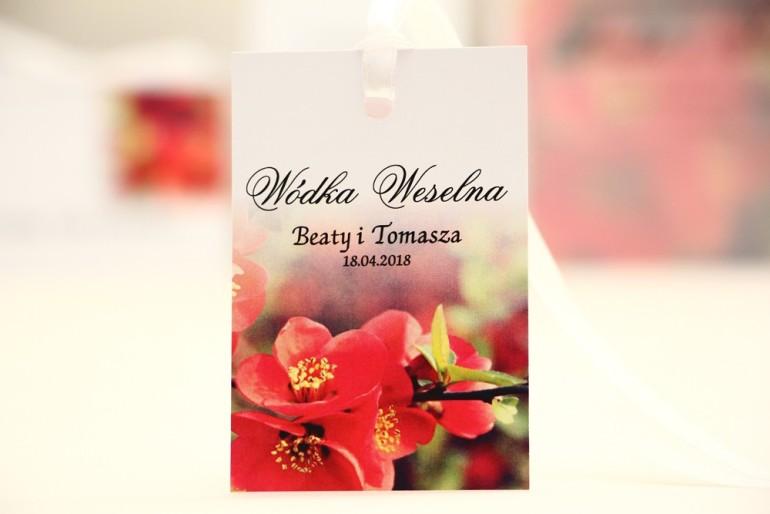 Zawieszka na butelkę, wódka weselna, ślub - Elegant nr 15 - Czerwone kwiaty pigwowca - kwiatowe dodatki ślubne