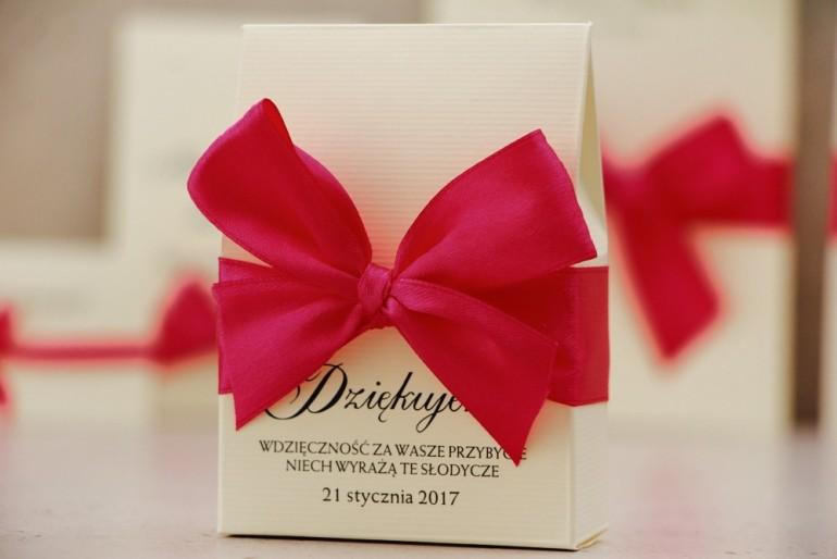 Pudełeczko stojące na cukierki, podziękowania dla Gości weselnych - Belisa nr 7 - Amarantowa kokarda, eleganckie dodatki ślubne