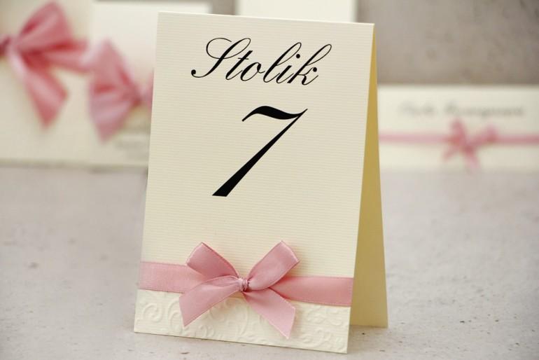 Numery stolików, stół weselny, ślub - Belisa nr 3 - Pudrowy róż - eleganckie dodatki ślubne z kokardką