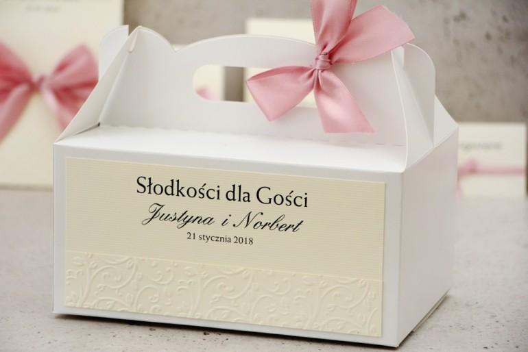 Prostokątne pudełko na ciasto, tort weselny, ślub - Belisa nr 3 - Różowa kokardka, z tłoczeniem - dodatki ślubne
