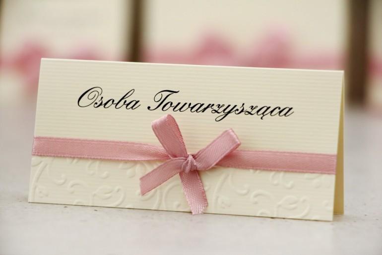 Winietki na stół weselny, ślub - Belisa nr 3 - Różowa kokardka, z tłoczeniem, dodatki ślubne