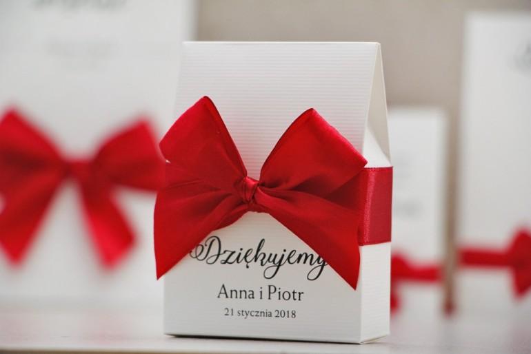 Pudełeczko stojące na cukierki, podziękowania dla Gości weselnych - Belisa nr 2 - Klasyczna czerwień, z kokardką, dodatki ślubne