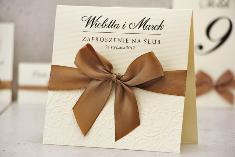 Eleganckie Zaproszenia ślubne z tłoczeniem - Klasyczny, elegancki wzór z efektowną kokardą i pięknym papierem tłoczonym