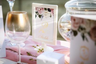 Numery stolików, stół weselny, ślub - Sorento nr 1 - Pudrowe kwiaty - w stojaczku, dodatki ślubne ze złoceniem