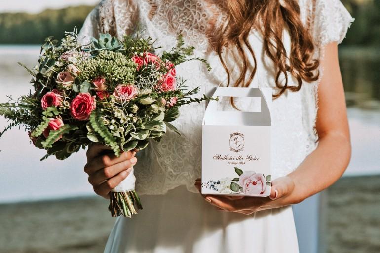 Pudełko na ciasto kwadratowe, tort weselny - Sorento nr 1 - Pudrowe kwiaty - kwiatowe dodatki ślubne ze złoceniem