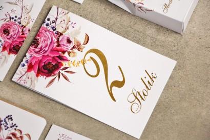 Numery stolików, stół weselny, ślub - Sorento nr 3 - Amarantowe kwiaty - dodatki ślubne ze złoceniem