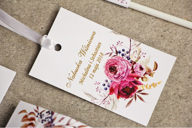 Zawieszka na butelkę, wódka weselna, ślub - Sorento nr 3 - Amarantowe kwiaty - dodatki ślubne ze złoceniem