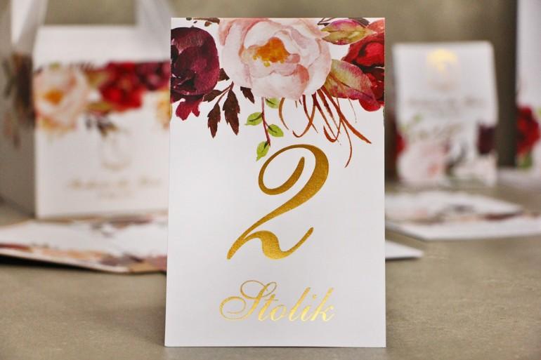 Numery stolików, stół weselny, ślub - Sorento nr 7 - Bordowo-pudrowe kwiaty - dodatki ślubne ze złoceniem
