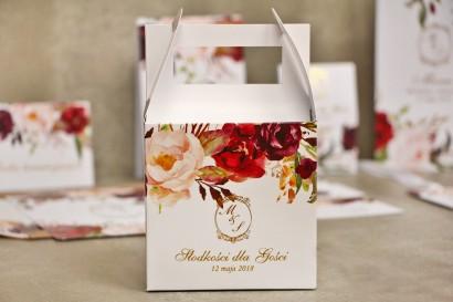 Pudełko na ciasto kwadratowe, tort weselny - Sorento nr 7 - Bordowo-pudrowe kwiaty - dodatki ślubne ze złoceniem