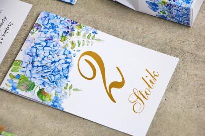 Numery stolików, stół weselny, ślub - Sorento nr 5 - niebieskie hortensje - dodatki ślubne ze złoceniem