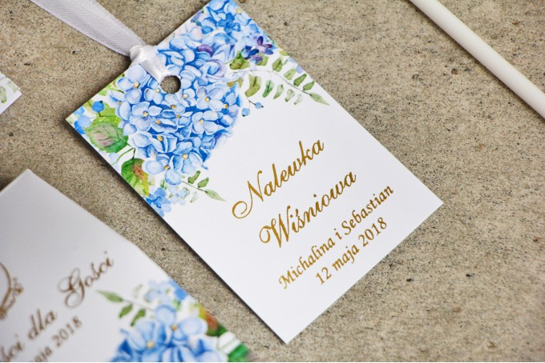 Zawieszka na butelkę, wódka weselna, ślub - Sorento nr 5 - Niebieskie hortensje - kwiatowe dodatki ślubne ze złoceniem
