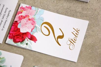 Numery stolików ze złoceniem, stół weselny, ślub - Sorento ne 14 - Różowe kwiaty z eukaliptusem - dodatki ślubne