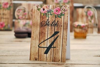 Numery stolików - Rustykalne nr 1 - Różowe kwiaty na tle drewna - dodatki na stół wesleny, ślubne akcesoria