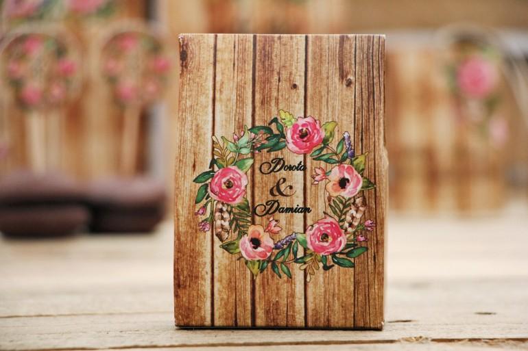 Pudełeczka podziękowania dla Gości - Rustykalne nr 1 - Różowe kwiaty na tle drewna - dodatki na stół weselny, akcesoria ślubne