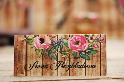 Winietki na stół weselny, ślub - Rustykalne nr 1 - Różowe kwiaty - kwiatowe dodatki ślubne na drewnianym tle