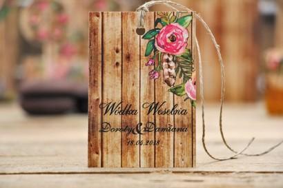 Zawieszka na butelkę, wódka weselna, ślub - Rustykalne nr 1 - Różowe kwiaty w motywem drewna - dodatki ślubne