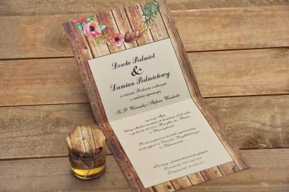 Wnętrze zaproszenia ślubnego Rustykalne nr 1 - Różowe kwiaty eustomy - tło z motywem drewna