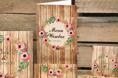 Menu weselne, stół weselny - Rustykalne nr 2 - różowa eustoma na tle motywu drewna - dodatki ślubne