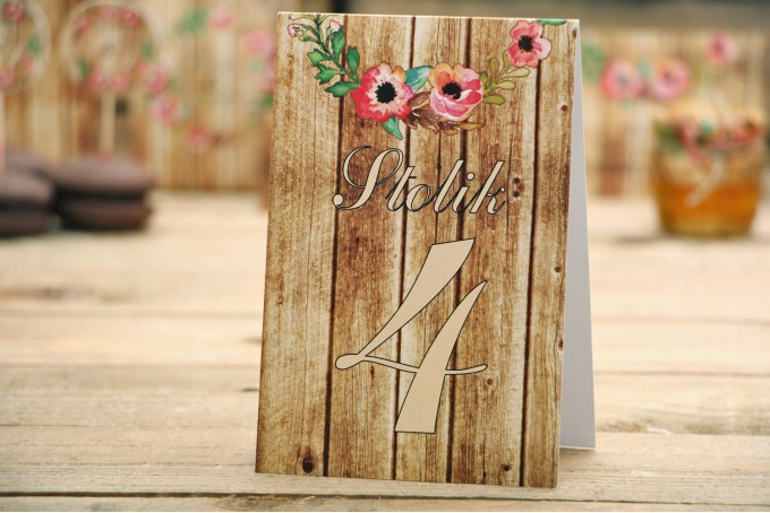 Numery stolików - Rustykalne nr 2 - Różowa eustoma - dodatki ślubne z motywem drewna