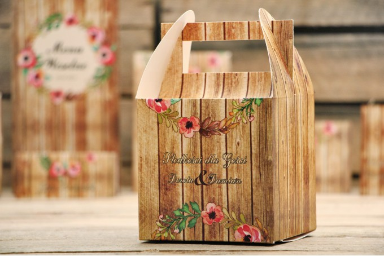 Pudełko na ciasto kwadratowe, tort weselny - Rustykalne nr 2 - Różowa eustoma z motywem drewna