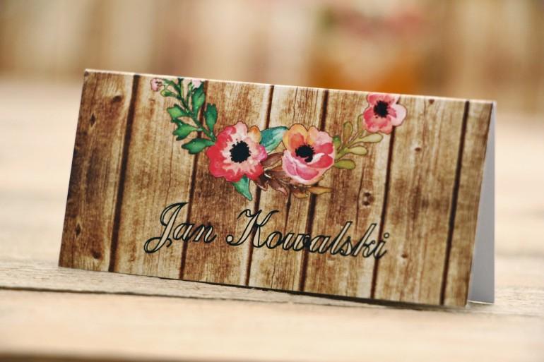 Winietki na stół weselny, ślub - Rustykalne nr 2 - Różowa eustoma - dodatki ślubne z motywem drewna